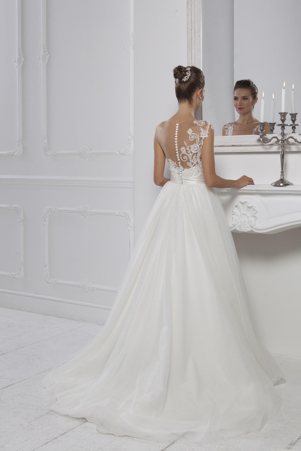 0bfe273e2528 Di seguito trovi alcuni modelli di abiti da sposa con strascico per il  2018. Consulta il nostro catalogo nella sezione dedicata alla sposa e trova  ...