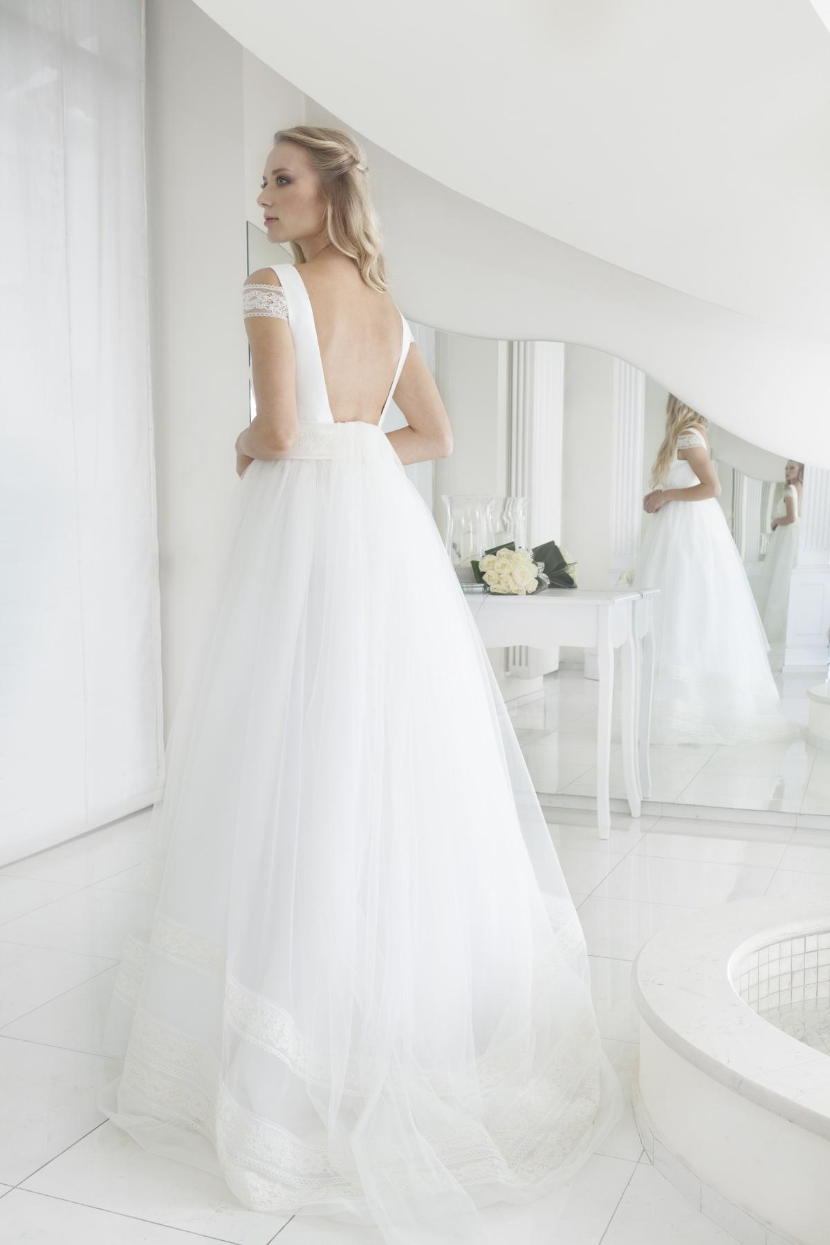 """b3dea1750cb3c ... all abito scivolato con strascico e applicazioni in pizzo sulla schiena  effetto """"nude"""". Guarda la gallery dei nostri vestiti da sposa 2019!"""