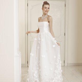 Vestito da sposa con fiori sulla gonna